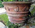 Palazzo colonna, giardini, orcio di terracotta con stemma colonna.jpg
