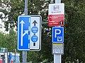 Pardubice, Sukova třída, značka řazení v jízdních pruzích a vyhrazeného pruhu a placené parkoviště.jpg