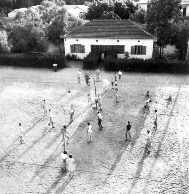 PikiWiki Israel 9413 Gan-Shmuel - volleyball in the large yard in 1944