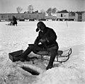 Pilkkijä jäällä Kaivopuiston edustalla - N1950 (hkm.HKMS000005-000001ac).jpg