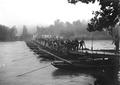 Pontoniere beim Uebersetzen über die Kolonnenbrücke über die Reuss - CH-BAR - 3240769.tif