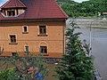 Praha-Sedlec, povodeň 2013-06-05, Roztocká 47 a V rokli, z vlaku.jpg