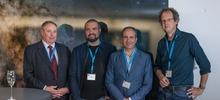 Photographie de S. Pete Worden, Guillem Anglada-Escudé, Pedro J. Amado et Ansgar Reiner prise lors de la conférence de presse annonçant la découverte de Proxima Centauri b (24 août 2016).