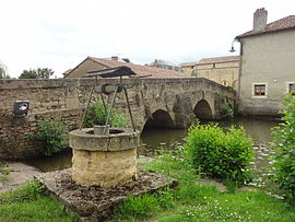 The old bridge, the old well and the Clain river, in Pressac
