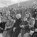 Publiek waaronder militairen en kinderen, bij de militaire parade bij gelegenhei, Bestanddeelnr 255-0984.jpg