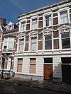 foto van Herenhuis in neo-renaissance trant, eind 19e eeuw, met in pleister gebosseerde parterre en in de verdieping vensters met gebogen frontons. Kroonlijst met consoles