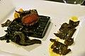 Restaurant Lluçanès Kobe-bøf med sorte kantareller, sorte trøfler og sprøde venere-ris (4254824354).jpg