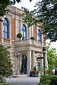 Richard-Wagner-Festspielhaus 2016 (Eingang Mittelbau, unverhüllt nach Sanierung).jpg