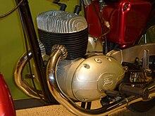 6b684bd8a5a Motor Hispano Villiers de dos tiempos bicilíndrico en línea de una  motocicleta Rovena