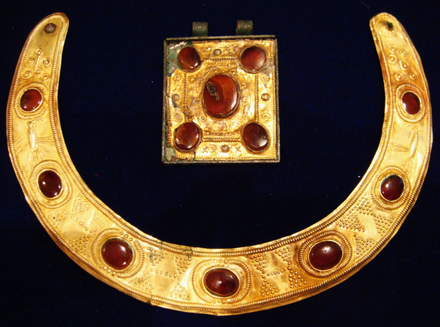A Sarmatian-Parthian gold necklace and amulet, 2nd century AD. Located in Tamoikin Art Fund Samartian-Persian necklace and amulet.png