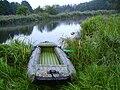 Schlauchboot am Ufer der Peene.JPG