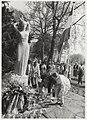 Schoolkinderen leggen bloemen bij de oorlogsmonumenten. NL-HlmNHA 54015319.JPG