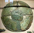 Scudo in lamina di bronzo con bracciale e resti di pittura sull'emblema, iv secolo ac., da pila (PG).jpg