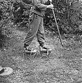Serie Landmijnen ruimen bij Hoek van HollandDuitse krijgsgevangene op stelten, Bestanddeelnr 900-6495.jpg