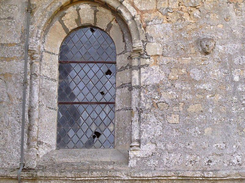 Église de Soudron (Marne, France): Visage sculpté dans le mur du transept.
