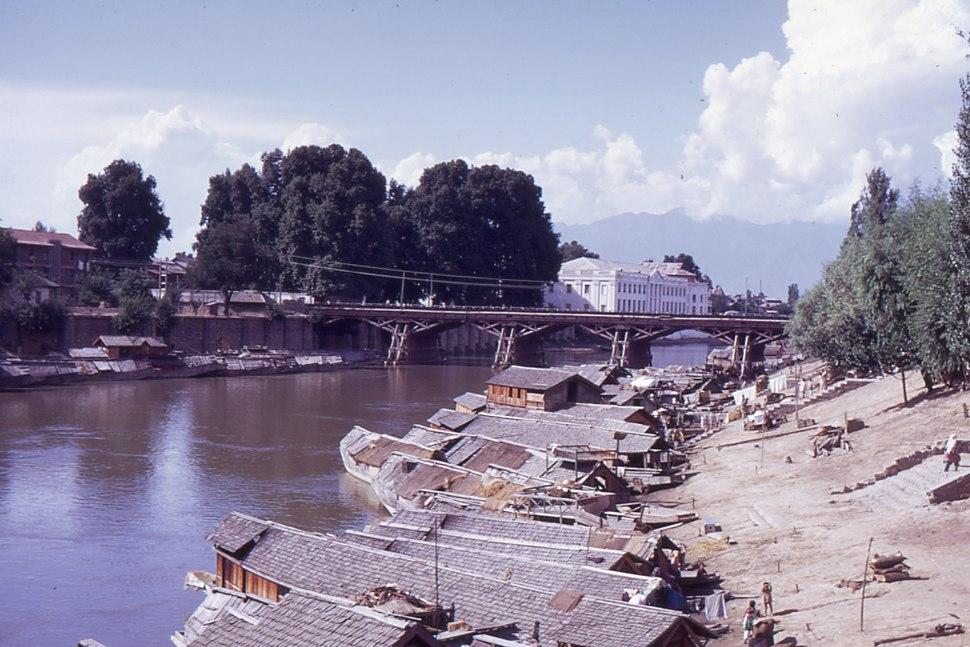 Srinagar (Kashmir), 1969, bridge over the Jelhum river.