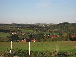 Steinbachtalbrücke mit Bodenrode im Vordergrund (2).jpg
