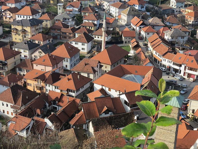 File:Tešanj - Vieille ville depuis le château.JPG