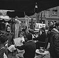 Toeristen laten zich portretteren op de Place du Tertre, Montmartre, Bestanddeelnr 254-0484.jpg