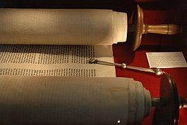Un rollo de la Torá abierto para un servicio litúrgico en una sinagoga