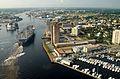 ВМС США 030820-N-9851B-011 Буксирные катера направляют USS Harry S. Truman (CVN 75) вверх по реке Элизабет, мимо достопримечательностей Портсмута.
