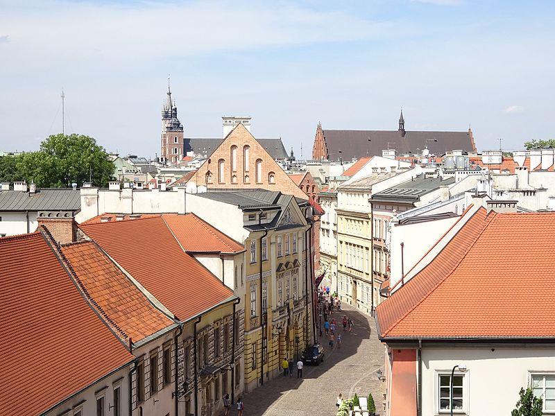 Widok na ulicę z Wawelu. W tle kościoły Mariacki i św. Trójcy