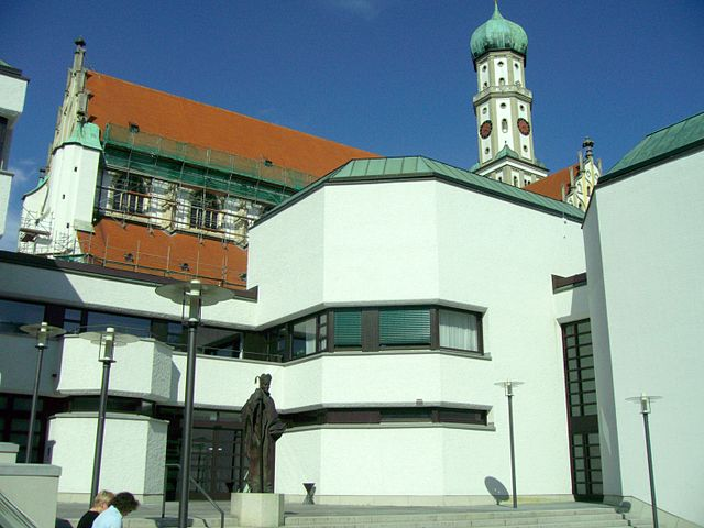 File Ulrich Statue vor Haus St Ulrich Augsburg