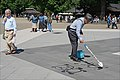 Un artiste de l'éphémère dans le parc Ueno à Tokyo (Japon) (42332664742).jpg