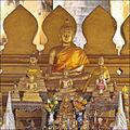 Un autel dans le That Luang (Vientiane) (4346166020).jpg