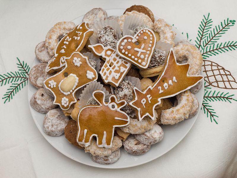 File:Vánoce, cukroví na talíři, zvrchu.jpg