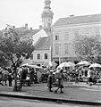 Várkerület, régi piac, háttérben a Tűztorony. Fortepan 775.jpg