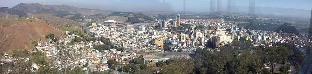 https://upload.wikimedia.org/wikipedia/commons/thumb/8/83/Vista_panor%C3%A2mica_de_Aparecida_SP_a_partir_do_Mirante_do_Cruzeiro.JPG/