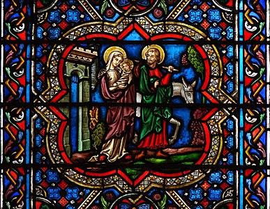 Verrière d'une des chapelles du choeur, cathédrale Notre-Dame de Paris. Détail: la fuite en Egypte.