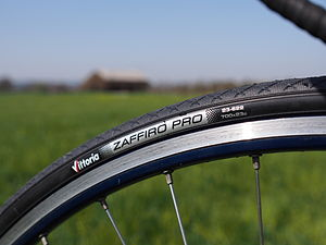 Bicycle tire - A clincher bicycle tire mounted on a wheel