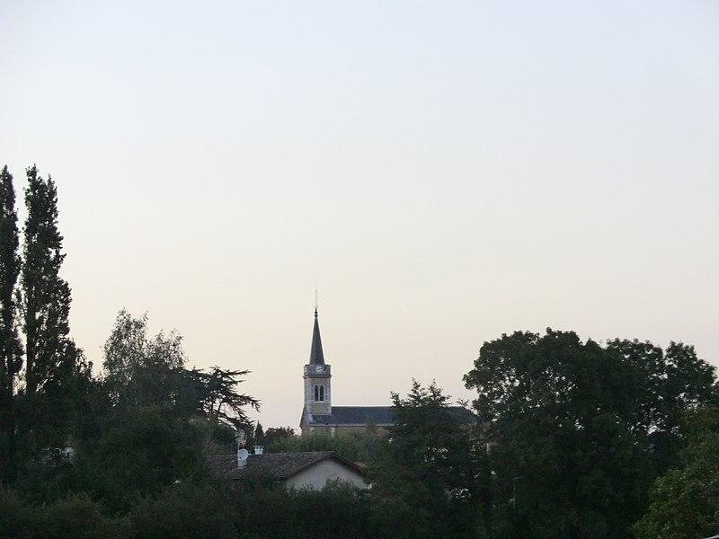 Vue lointaine de l'église de Saint-André-de-Corcy (depuis la mairie).