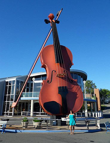 """The World's Largest Fiddle"" By Domobranjambrek [CC BY-SA 3.0 (https://creativecommons.org/licenses/by-sa/3.0)], from Wikimedia Commons"