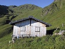 La Malga Zirm: esempio tipico di una piccola malga privata vicina all'Alta Via di Fundres