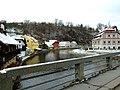 Český Krumlov, pohled z mostu na skálu a nábřeží.jpg
