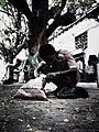 طفل صغير يعمل منظف احذية.jpg