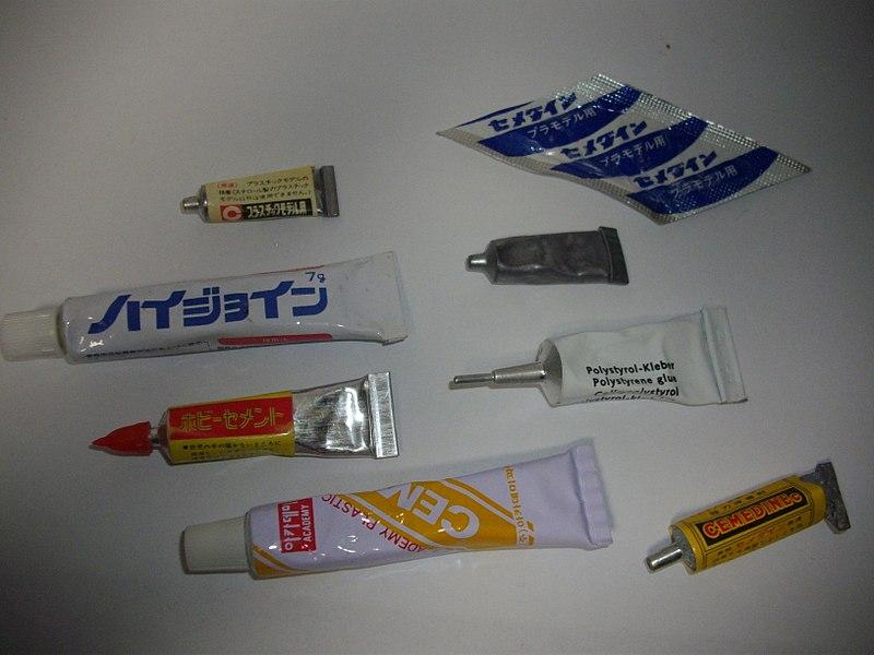 File:プラモデル同梱用の接着剤.JPG