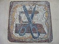 1170 Lascygasse 30-34 Stg. 5 - Mosaikhauszeichen Schere von Oskar Matulla 1957 IMG 4504.jpg