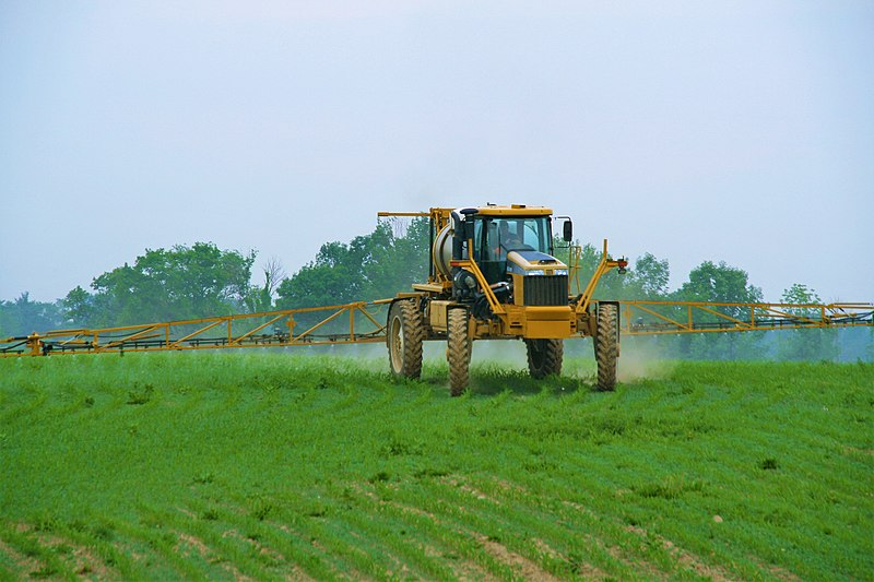 http://upload.wikimedia.org/wikipedia/commons/thumb/8/84/1264_Rogator_Spraying_Corn.JPG/800px-1264_Rogator_Spraying_Corn.JPG
