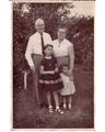 1957 עדה ושלמה פרלמוטר, עם נכדותיהם מבנם יוסף, ורדה ואדירה.png