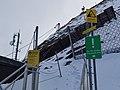AUT — Land Salzburg — Bezirk Zell am See — Gemeinde Kaprun — Kitzsteinhorn, direkt unterhalb des Gipfels (Schilder, Zustieg für Kletterer) 2021.jpg