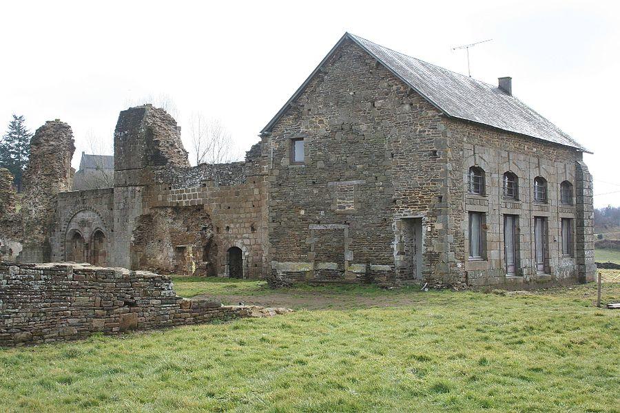 Élément de construction beaucoup plus récente que l'abbaye en elle-même, extrémité de l'hôtellerie avec un font le porche menant vers l'extérieur du cloitre. Vue des ruines de l'abbaye de savigny le vieux, manche, france