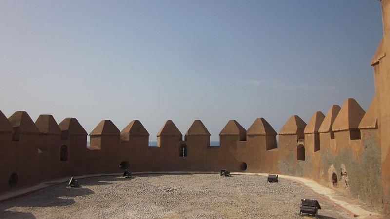 File:Almenas en semicirculo de las murallas de la Alcazaba de Almería.jpg
