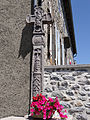 Alpuech - Croix sculptée sur la place devant l'église -1.JPG