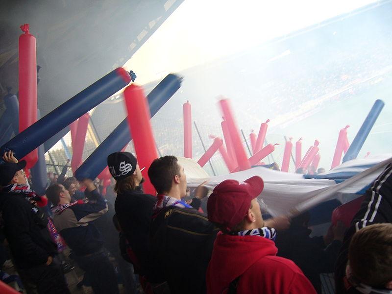 Supporters du Paris SG dans la tribune visiteurs, au stade de l'Abbé-Deschamps à Auxerre, le 22 octobre 2006 lors du match AJ Auxerre 0-0 Paris SG. AJ Auxerre - Paris Saint-Germain, 22 Oct 2006.