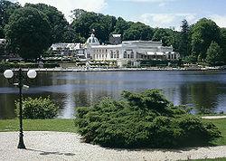 Bagnoles de L'Orne lac et casino.jpg