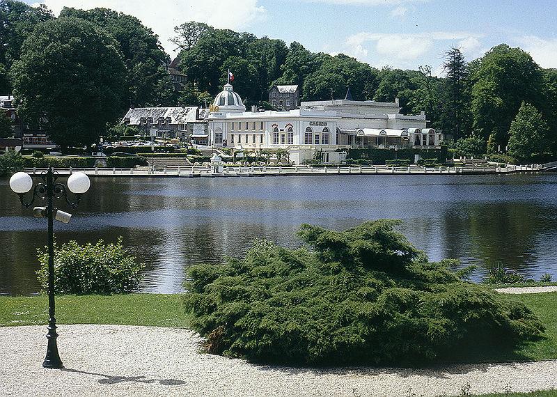 Fichier:Bagnoles de L'Orne lac et casino.jpg